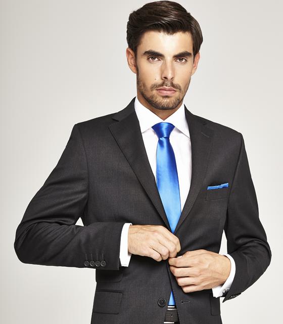 el color del traje del novio gris oscuro