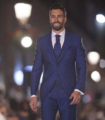 traje-de-novio-azul-brillante-pasarela