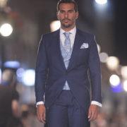 traje-de-novio-chaque-azul-pasarela